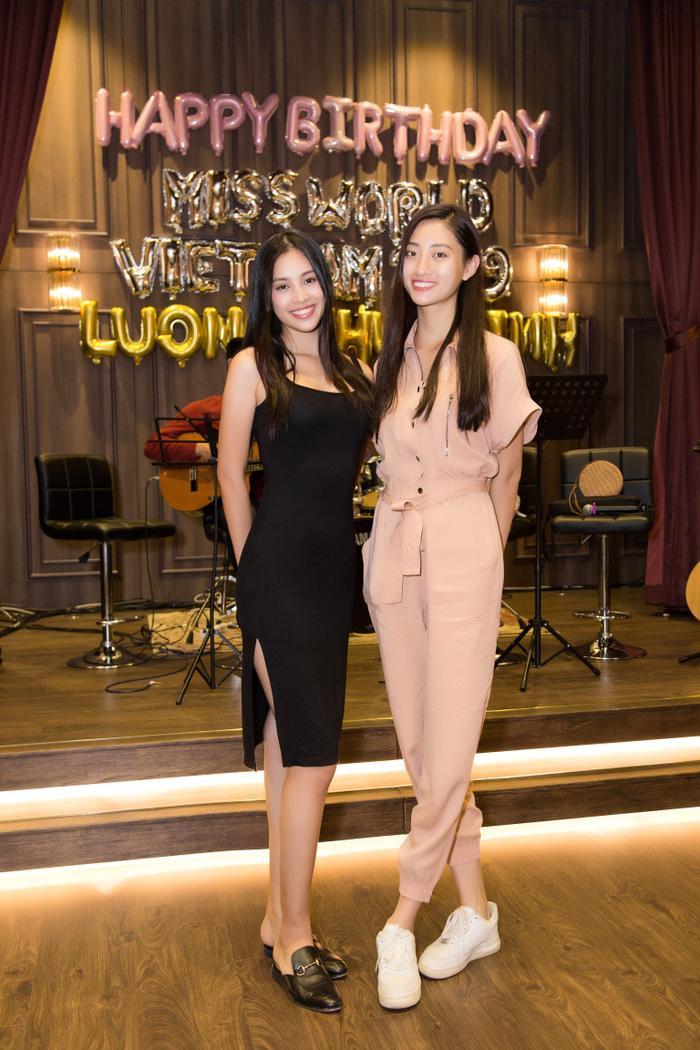 Đăng quang hoa hậu trước 1 năm nhưng Tiểu Vy cũng sẽ đón sinh nhật tuổi 19 trong tháng 8 như Thùy Linh.