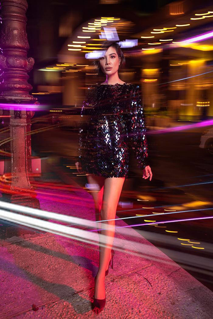 Váy sequin lấp lánh nổi bật khiến bạn là tâm điểm của cả góc phố