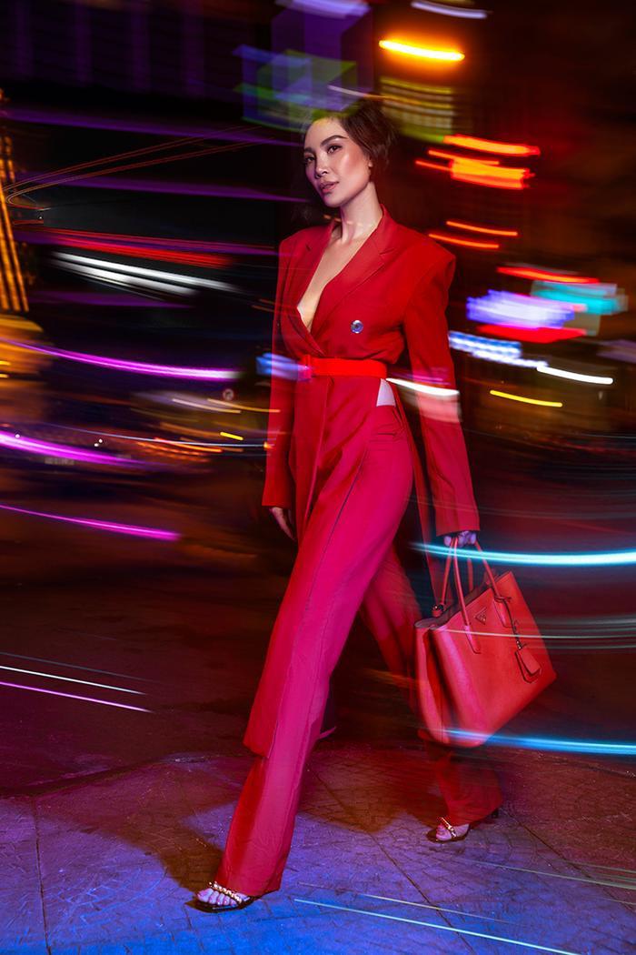 """""""Cây hồng"""" gồm áo xẻ cách điệu và quần ống suông là sự lựa chọn dành cho những người theo gu cá tính.Set đồ này giúp làm nổi bật vòng hai thon gọn của phái đẹp."""