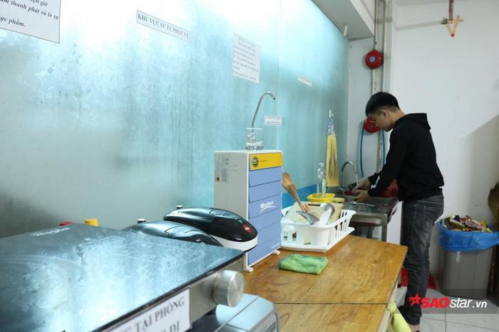 Góc sẻ chia trang bị đầy đủ máy nước nóng, chén bát, bồn rửa…
