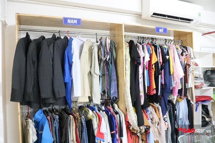 """Tại """"Góc sẻ chia"""", các bạn sinh viên còn thoải mái chọn cho mình những bộ quần áo mà không phải trả bất kỳ khoản chi phí nào."""