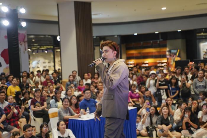 Fan Chi Dân chật kín sảnh trung tâm thương mại Aeon Bình Tân trong concert 'Hahalolo – Chạm tay đến miền đất mới' số 5, tổ chức vào ngày 3/8.