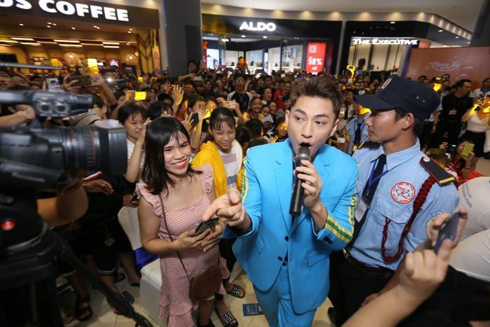Fan quây kín thần tượng Isaac trong concert tổ chức ở Aeon Tân Phú ngày 13/7.