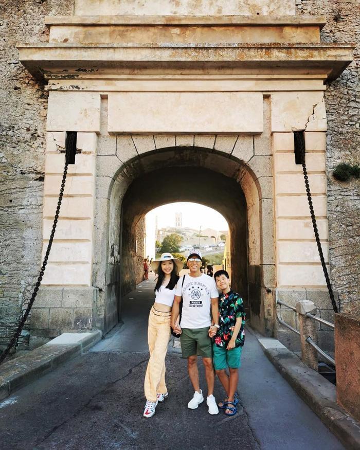 Nam diễn viên võ thuật Chân Tử Đan chụp cùng con gái và con trai của mình