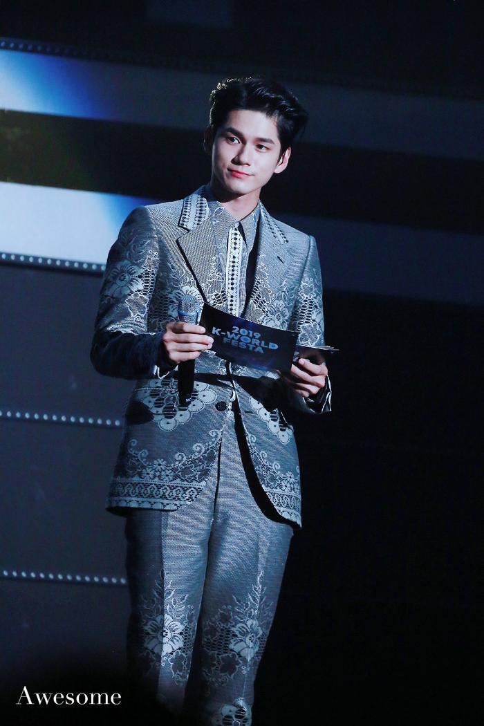 Seong Wu là MC của chương trình K-Festa. Khoảnh khắc Seong Wu nhún nhảy cổ vũ Jaehwan đang được fan chia sẻ nhiệt tình.