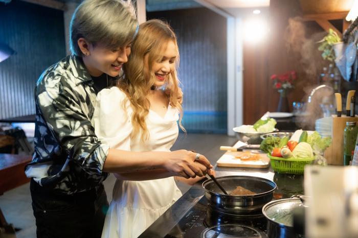 Cùng nhau nấu ăn.