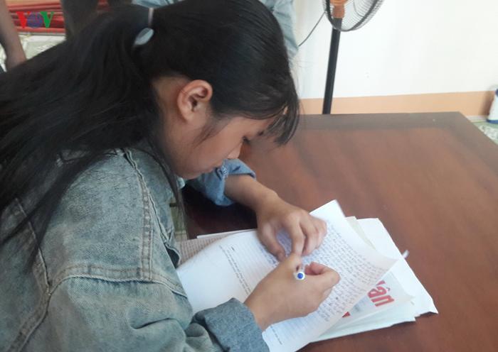 Em Tuyết viết tường trình tại cơ quan Công an. Ảnh: báo VOV