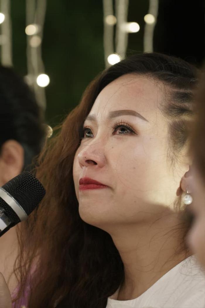 Lê Na bật khóc khi chứng kiến hạnh phúc của mẹ sau 14 năm ly hôn (Ảnh: FBNV)