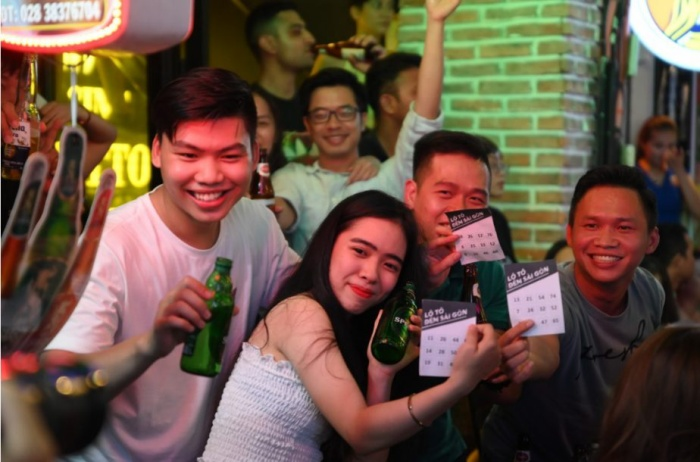 Mọi người hào hứng xổ số lô tô Bia Saigon.