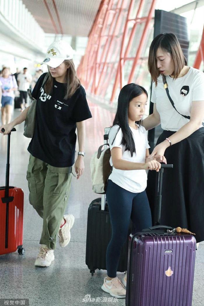 Tuy nhiên, cô bé có phần rụt rè trước ống kính phóng viên trái ngược với tiết lộ về con gái của Triệu Vy trước đây, nữ diễn viên từng cho hay rằng con gái cô rất có cá tính, mạnh mẽ và bướng bỉnh