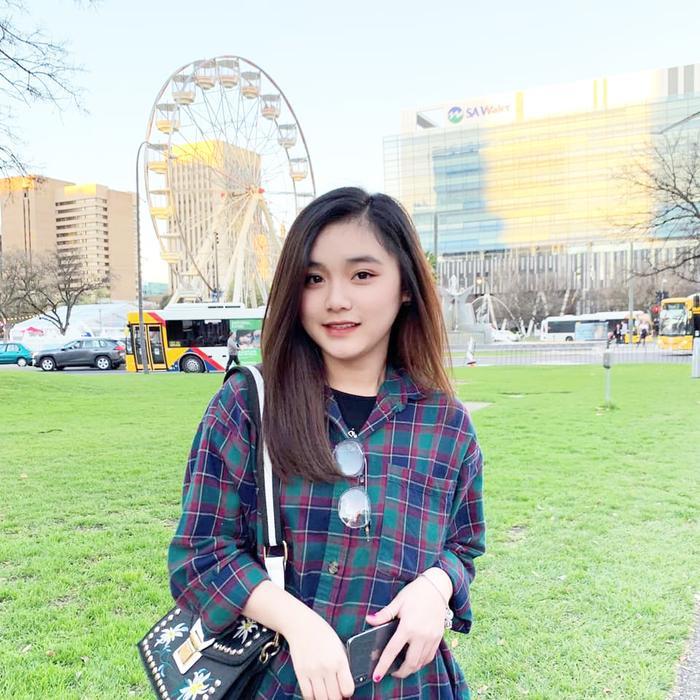 Chỉ là những bức ành check-in, ghi lại kỉ niệm khi đi du học, nhưng Hanie Hân khiến người xem điêu đứng, tưởng nhầm là ảnh lookbook vì nhan sắc trời phú và thần thái tuyệt vời của mình.