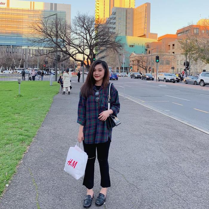 Cô gái gốc Cần Thơ thích cảm giác được dạo quanh thành phố, ngắm nhìn cuộc sống trôi đi, tự nhủ bản thân sẽ phải thật cố gắng để hoàn thành tốt việc học và đạt những mục tiêu đã đặt ra.