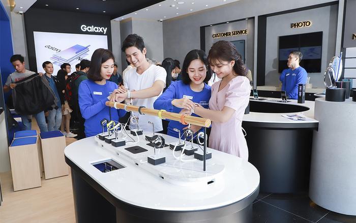 Khách hàng có thể chiêm ngưỡng và khám phá những dòng sản phẩm mới nhất của Samsung tại các cửa hàng trải nghiệm mới này.