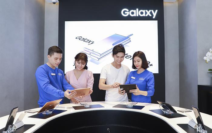 Samsung liên tiếp ra mắt ba cửa hàng trải nghiệm (SES – Samsung Experience Store) lớn trên toàn quốc: SES Hải Phòng (15/08/2019), SES Bình Dương (16/08/2019), SES Vietel Store Hồ Chí Minh (17/08/2019).