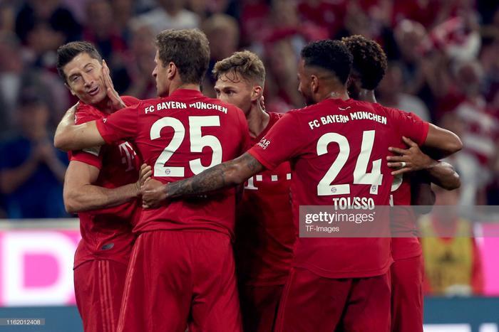 """Với lợi thế sân nhà, Bayern Munich hừng hực khí thế bước vào cuộc chạm trán Hertha Berlin ở vòng khai màn Bundesliga. Người hâm mộ """"Hùm xám"""" cũng chỉ mất 24 phút để ăn mừng khi Robert Lewandowski ghi bàn mở tỉ số."""