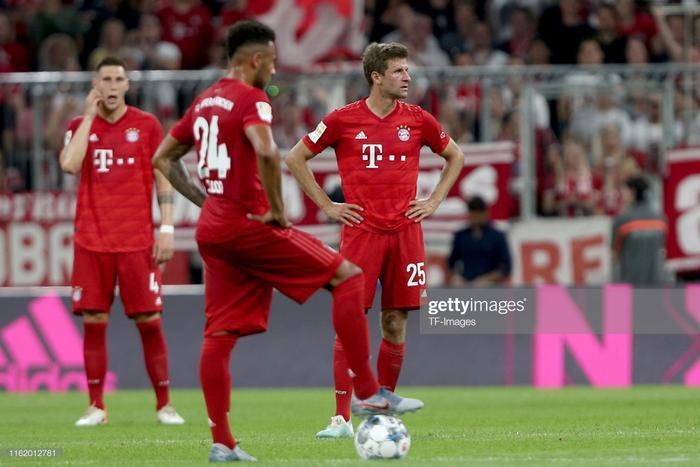Phút 60, nhận được tính hiệu từ các trợ lý, trọng tài chính Harm Osmers đã cho dừng trận đấu để xem lại pha quay chậm và sau đó cho Bayern Munich được hưởng quả penalty vì hậu vệ Hertha Berlin đã kéo ngã Thomas Muller trong vòng cấm.