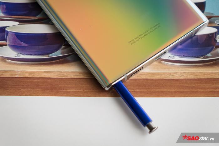 Bê cạnh các tính năng viết, vẽ và điều hướng thông thường, S-Pen có thêm các tính năng như chụp ảnh từ xa, phục vụ trình chiếu, điều chỉnh chơi nhạc và tương tác với điện thoại từ xa. Nhiều trang công nghệ ví S-Pen trên Note10 như một cây đũa thần của chiếc điện thoại này.