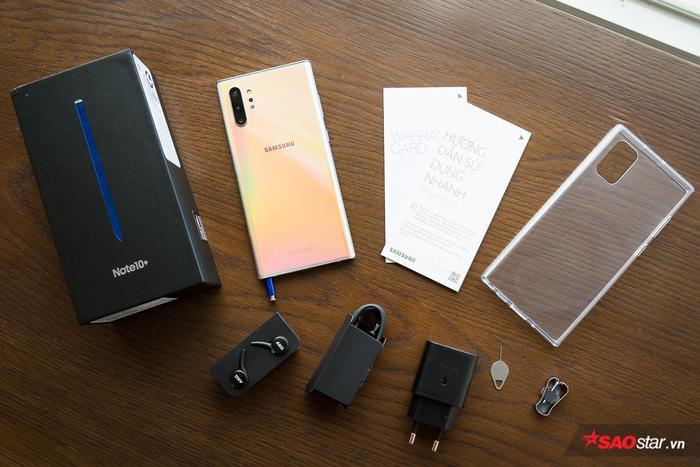 Bên trong hộp máy của Note10+, người dùng sẽ có thân máy, ốp lưng tặng kèm, cục sạc nhanh 25W, cáp sạc, tai nghe không dây AKG, kẹp thay ngòi bút S-Pen, que chọc SIM và sách hướng dẫn sử dụng. Samsung Galaxy Note+ hỗ trợ sạc nhanh tới 45W, dù vậy rất tiếc người dùng sẽ không được trải nghiệm tính năng hấp dẫn này với cục sạc đi kèm máy.
