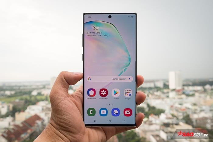 Về thiết kế, Samsung Galaxy Note10 và Note10+ vẫn mang những đặc trưng của những dòng máy cao cấp đến từ ông lớn công nghệ Hàn Quốc với màn hình cong tràn cạnh, viền màn hình siêu mỏng, khung máy cấu thành từ kim loại kèm theo mặt lưng tráng kính. Bốn cạnh máy của Note10 và Note10+ ít được bo cong tạo cảm giác cứng cáp và tinh tế. Chiếc Note10 năm nay có màn hình 6,3 inch còn chiếc Note10+ mà bạn đang thấy có màn hình 6,8 inch. Đây là năm đầu tiên Samsung ra mắt hai biến thể của dòng Note.