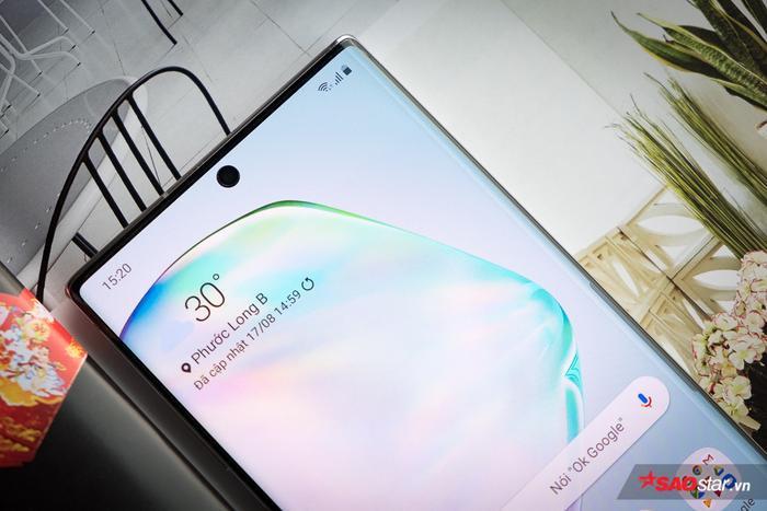 """Camera trước thông số 10 MP (f/2.2) của chiếc Note10 được nhà sản xuất này bố trí khéo léo trong một """"nốt"""" cắt nhỏ được đặt ở vị trí trung tâm màn hình theo bề ngang. Với cách tiếp cận này, Samsung giảm tối đa những ảnh hưởng của nó tới trải nghiệm hình ảnh của người dùng, trong khi vẫn đưa tỉ lệ màn hình trên mặt trước của bộ đôi Note lên trên mốc 90%."""