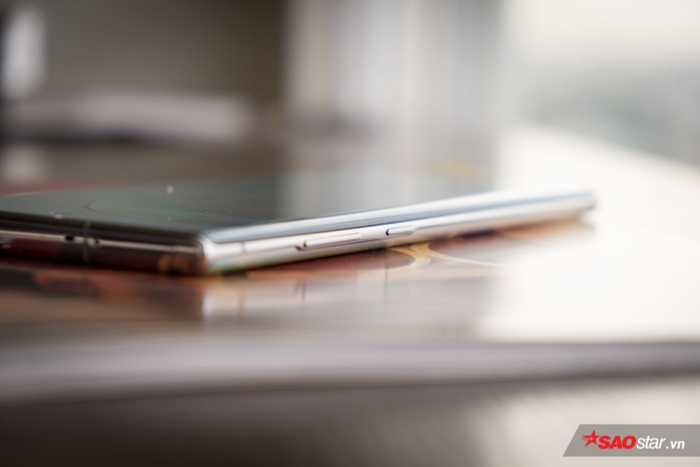 Samsung Galaxy Note10+ có độ dày thân máy 7,9 mm. Sườn trái của máy có nút nguồn và phím tăng giảm âm lượng, trong khi đó sườn phải không có nút bấm hay cổng kết nối nào. Nhìn ở góc này, có thể thấy Note10+ có phần khung máy bằng kim loại siêu mảnh.