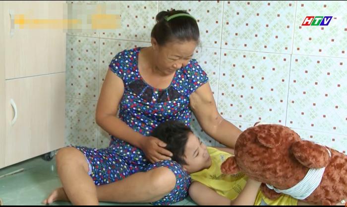 Xót xa trước phận đời bất hạnh của người mẹ đơn thân suy thận giai đoạn cuối, Trấn Thành dành tặng món quà ý nghĩa khiến khán giả bật khóc