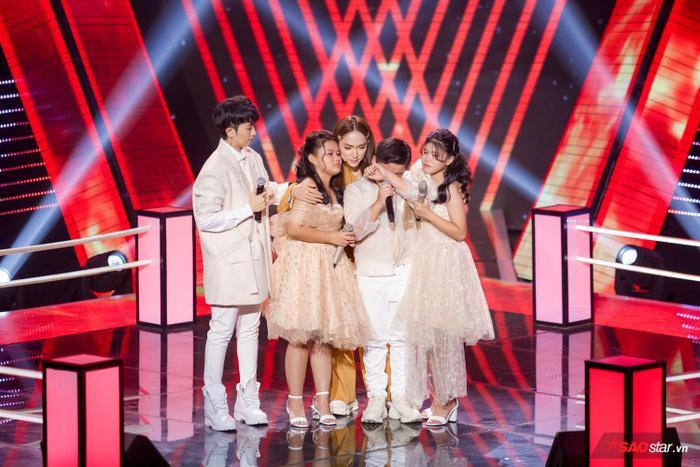 Ánh Nguyễn - Chấn Quốc - Ánh Bùi và HLV Hương Giang nghẹn ngào trên sân khấu sau tiết mục vô cùng ấn tượng và thành công.