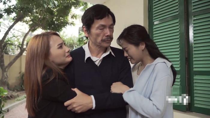 Bảo Thanh và Thu Quỳnh trong một phân cảnh cảm động bên NSƯT Trung Anh