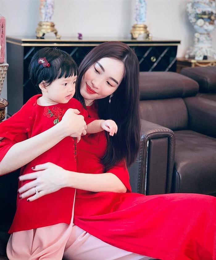 Kể từ khi kết hôn và sinh con tới nay, Hoa hậu Thu Thảo gần như rút khỏi làng giải trí để chăm lo cho gia đình, lâu lâu nàng Hậu mới xuất hiện ở vài sự kiện của những người bạn và đồng nghiệp thân thiết.