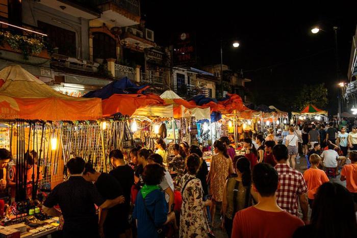 Chợ đêm phố cổ luôn đông đúc vào dịp cuối tuần. (Ảnh: VNTrip)