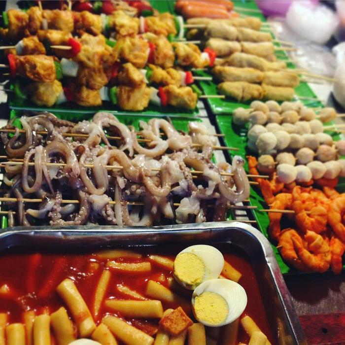 Chợ đêm phố cổ có nhiều món ăn vặt thơm ngon và hấp dẫn. (Ảnh: @luvjjjjj)