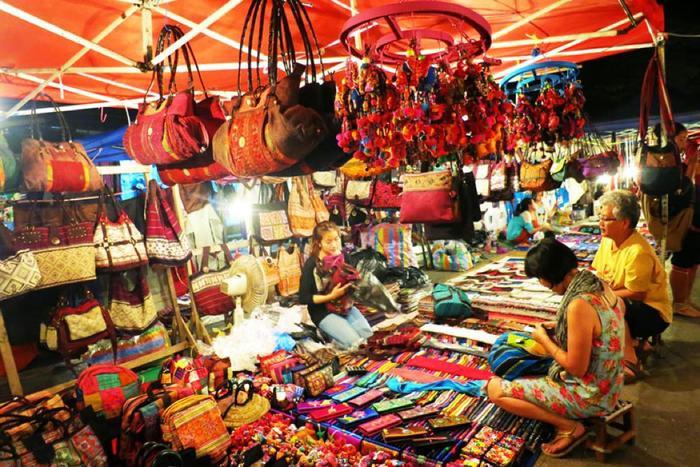 Chợ đêm phố cổ có nhiều quà lưu niệm được làm thủ công khéo léo. (Ảnh: vietfuntravel)