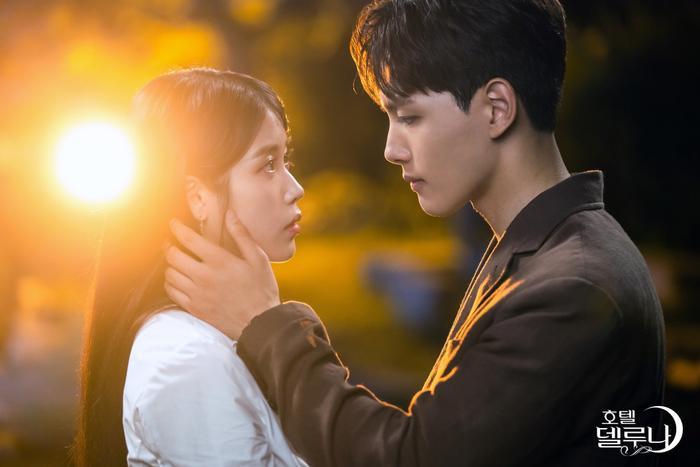 Phim Hotel Del Luna của IU và Yeo Jin Goo đạt rating cao nhất ở tập tối qua khi có sự xuất hiện của 2 cameo ảnh 3