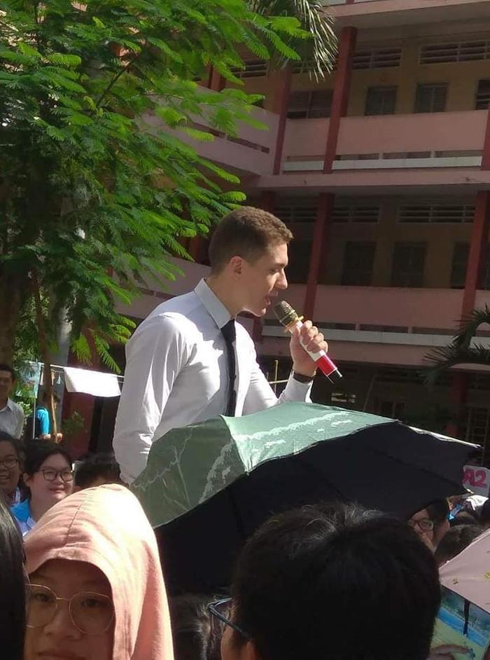 Thầy giáo này về giảng dạy tiếng Anh cho các bạn học sinh ở trường THPT Thủ Đức.