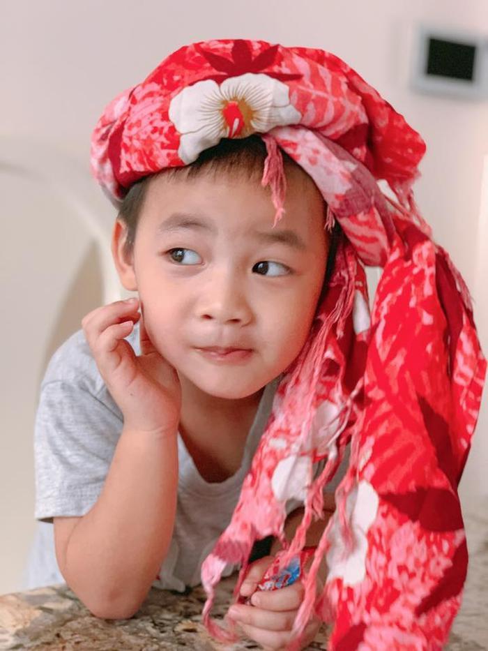 """Theo Thủy Anh thì ưu điểm của cậu bé Đăng Anh là""""ngoan ngoãn, chăm ăn, hiền lành lắm"""", """"bữa cơm nào vào hứng cũng chỉ 3 phút hết bát cơm"""""""
