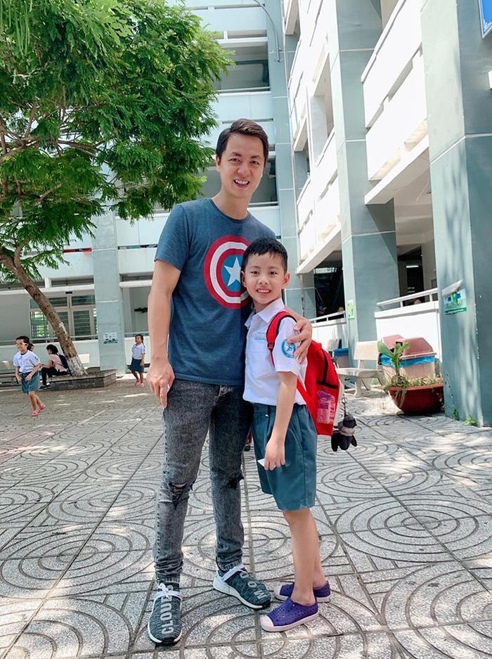 Đăng Khôi và con trai Đăng Khang trong ngày nhập học đầu tiên