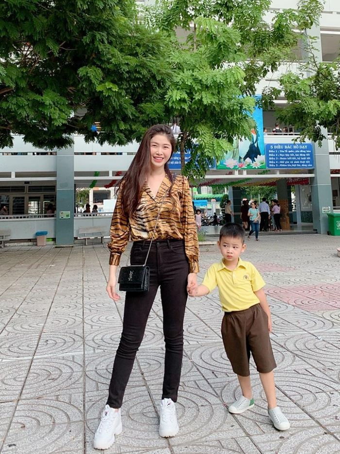 Cậu bé Đăng Anh được bố mẹ dắt theo đưa anh hai đi học.