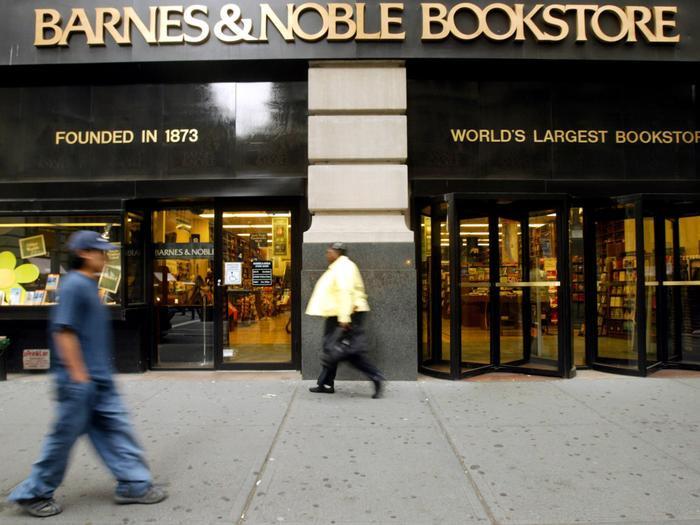 Hình ảnh công ty in sách lớn nhất nước Mỹ, Barnes and Noble, toạ lạc trên Đại lộ thứ 5, New York, được chụp vào năm 2005. (Ảnh:Mary Altaffer / AP Images)