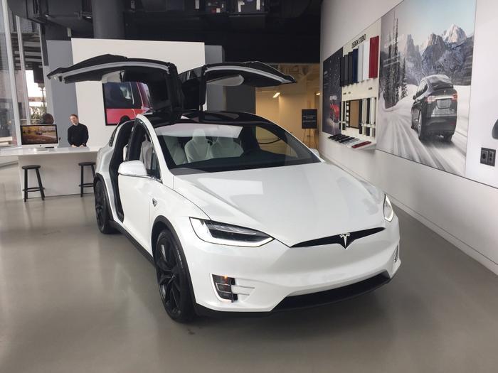 Jobs cũng từng tiên đoán về một tương lai Internet sẽ giúp các công ty khởi nghiệm cắt giảm chi phí phân phối hàng hoá, dịch vụ và có thể cạnh tranh với các tập đoàn, công ty lớn bằng cách mua bán trực tiếp với người dùng – những gì đã và đang được nhiều hãng thực hiện, trong đó có Tesla. (Ảnh:Mark Matousek / Business Insider)