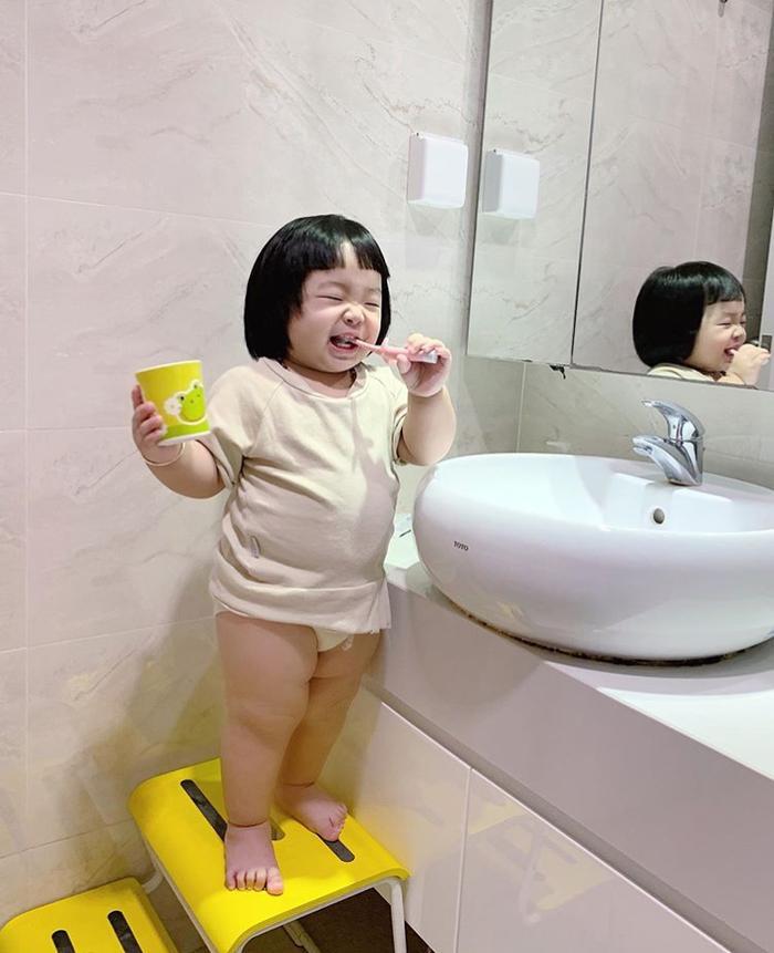 Cá vừa trải qua sinh nhật 1 tuổi, trộm vía cô bé sở hữu body mũm mĩm cùng gương mặt cute hết nấc, vì vậy thường bị nhầm là em bé Nhật Bản.