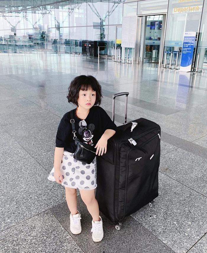 Với phong cách tạo dáng chuyên nghiệp như người mẫu, cua nhận được nhiều lời mời quảng cáo của các nhãn hàng thời trang, hiện cô bé là mẫu ảnh cho shop của mẹ mình.