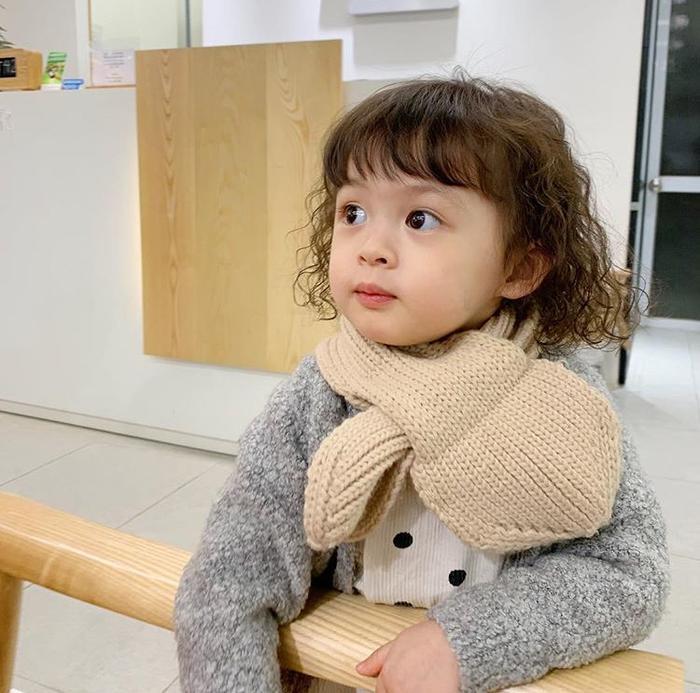 Mẹ Heominhon cũng rất chăm diện cho cô con gái yêu những bộ đồ theo trend cực mốt khiến các cô các mẹ chỉ muốn có ngay một cô con gái như thế này thôi.