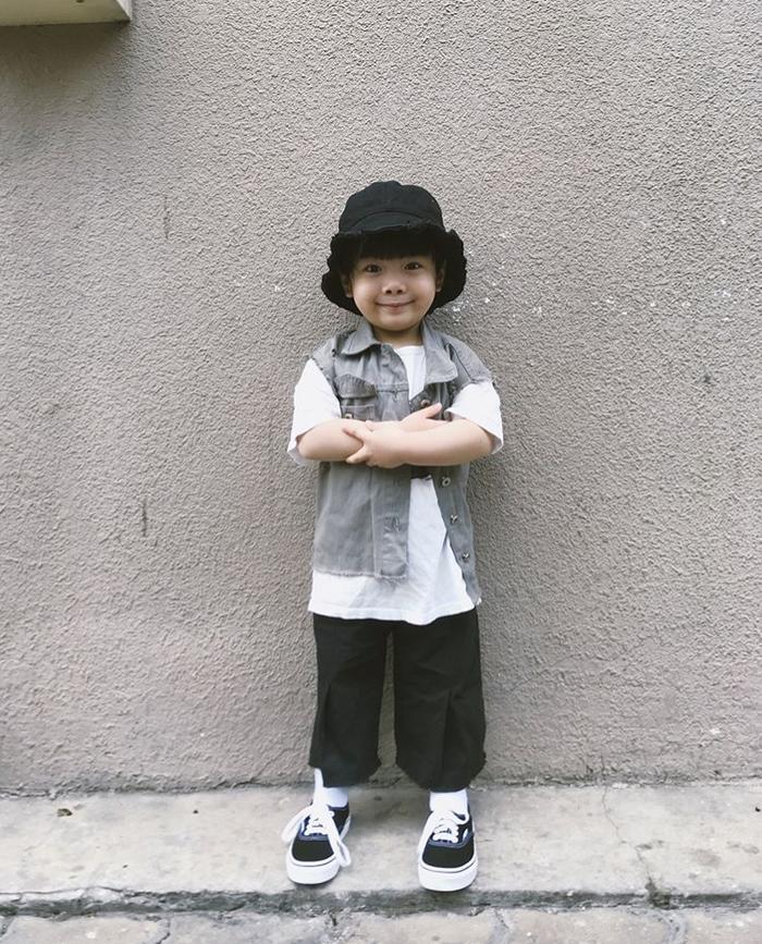 Có mẹ là stylist cho nên ngay từ nhỏ Hehe luôn được diện những bộ cánh thời trang cực chất khiến nhiều người phải trầm trồ khen ngợi.