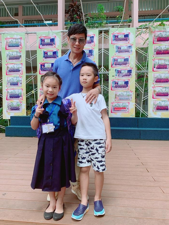 Thẻ đeo trước ngực của Cherry được Minh Hà dùng ký hiệu che lại, giấu đi tên trường nơi con gái đang theo học