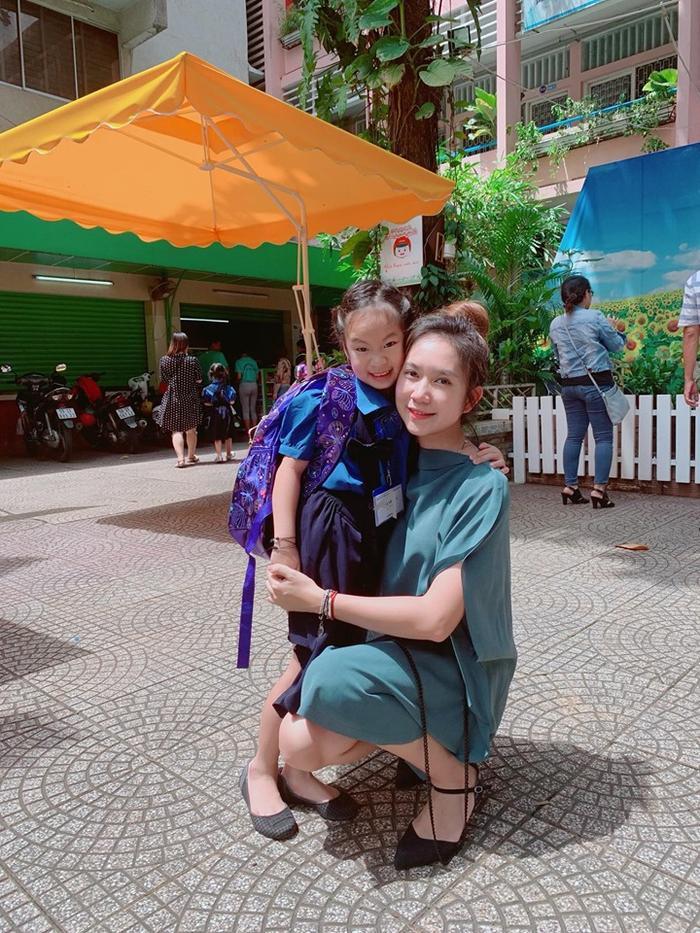 Được biết vì muốn cho con có cuộc sống bình thường như bao đứa trẻ khác nên dù là người nổi tiếng Lý Hải Minh Hà vẫn cho con theo học tại trường công lập thay vì học trường Quốc tế hay tư thục