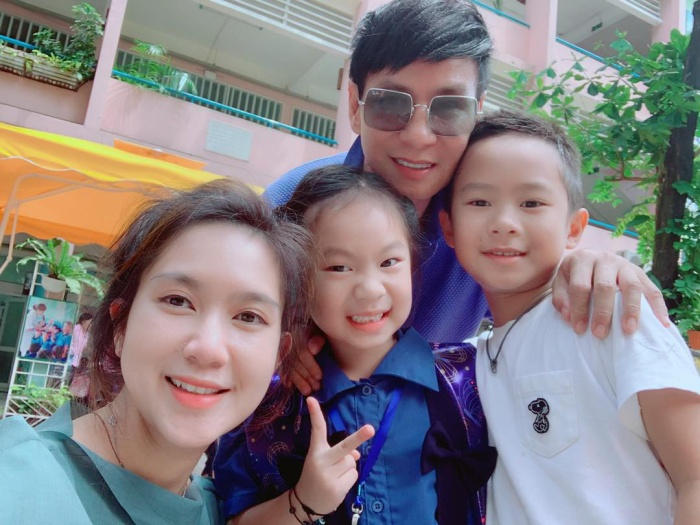 Như bao ông bố bà mẹ khác Lý Hải Minh Hà cũng muốn ghi lại khoảnh khắc trong ngày tựu trường đầu tiên của con và chia sẻ trên mạng xã hội như một kỷ niệm