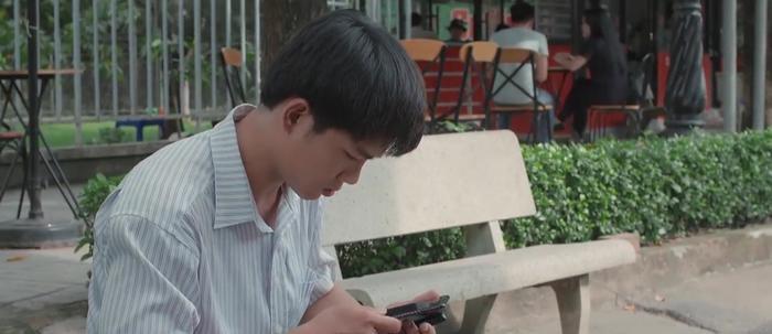 Vui (Anh Tú) phát hiện Ngọc (Cao Thái Hà) làm rơi điện thoại đắt tiền