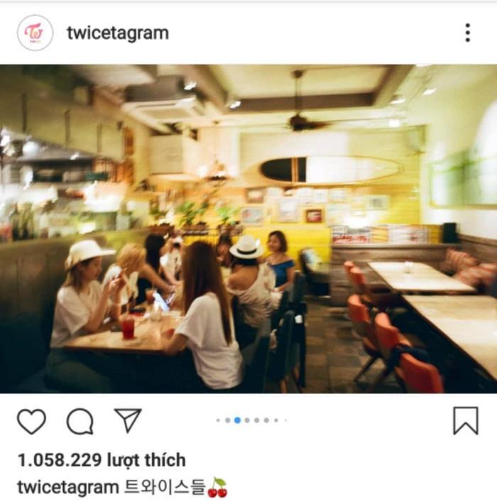 TWICE đi ăn tối cùng nhau tại một nhà hàng.