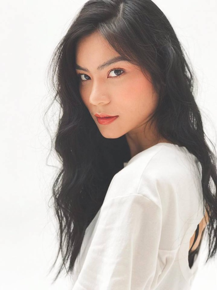 Sở hữu nhan sắc ngọt ngào cùng gương mặt góc cạnh, fan sắc đẹp nhận định Kim Dung là người đẹp sở hữu thần thái chuẩn Hoa hậu Hoàn vũ. Vì vậy, người hâm mộ ra sức kêu gọi chân dài nên nắm bắt cơ hội tham gia cuộc thi năm nay để tỏa sáng.