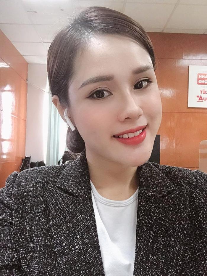 Vận bộ đồ công sở khá nghiêm túc, Huyền Trang vẫn giữ được nét xinh đẹp.
